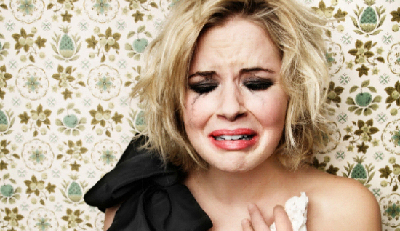 День рождения, смешные картинки женщина плачет